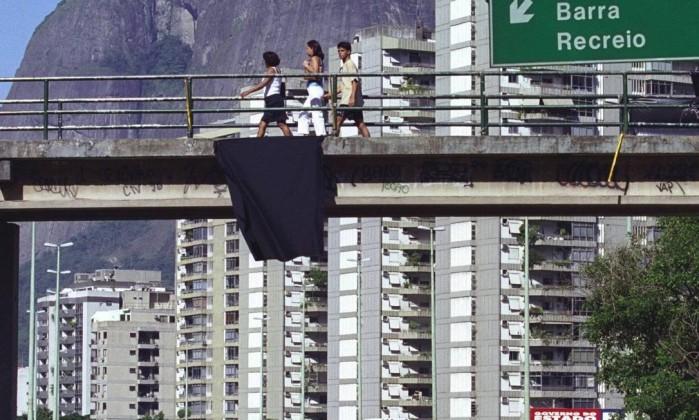 Uma faixa preta foi estendida na passarela em frente à Rocinha, em luto pela morte do traficante Dênis Domingos Peixoto / Arquivo O Globo