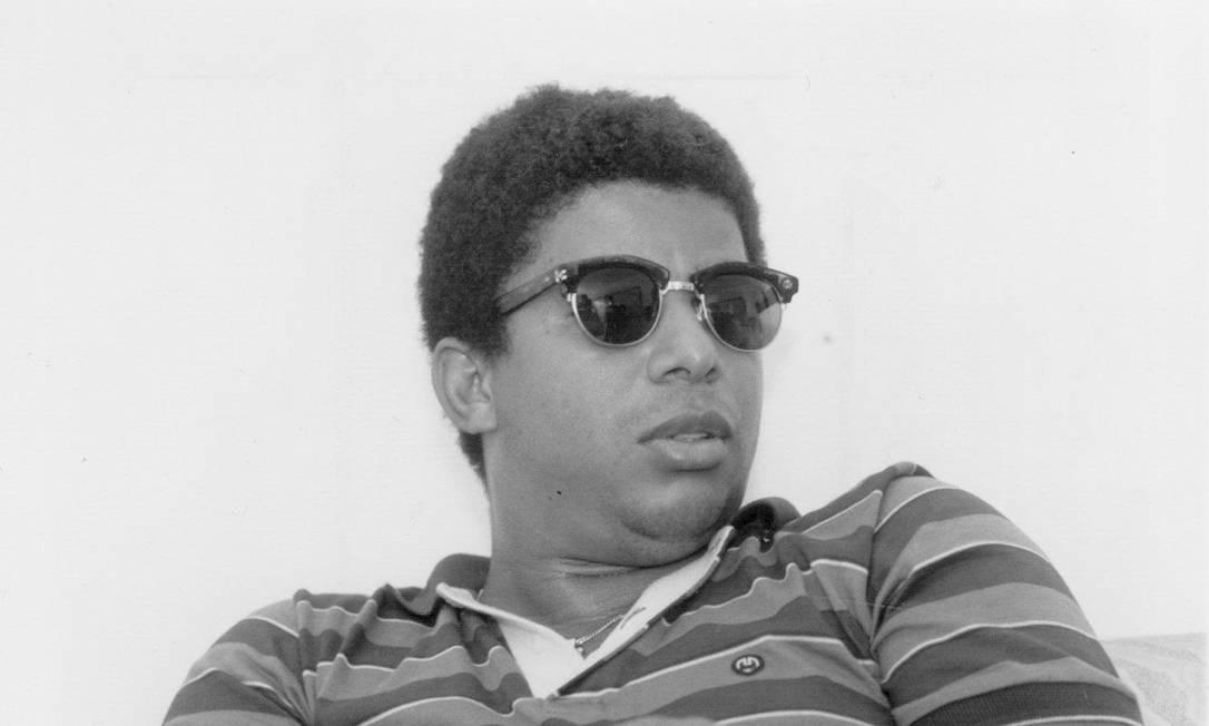 O traficante Denir Leandro da Silva, mais conhecido como Dênis da Rocinha, foi encontrado morto em sua cela, no presídio Bangu I, no dia 8 de janeiro de 2001. O corpo estava pendurado pelo pescoço por uma corda feita de lençol. Dênis estava preso desde 18 de julho de 1987 Divulgação / 24.06.1995 -