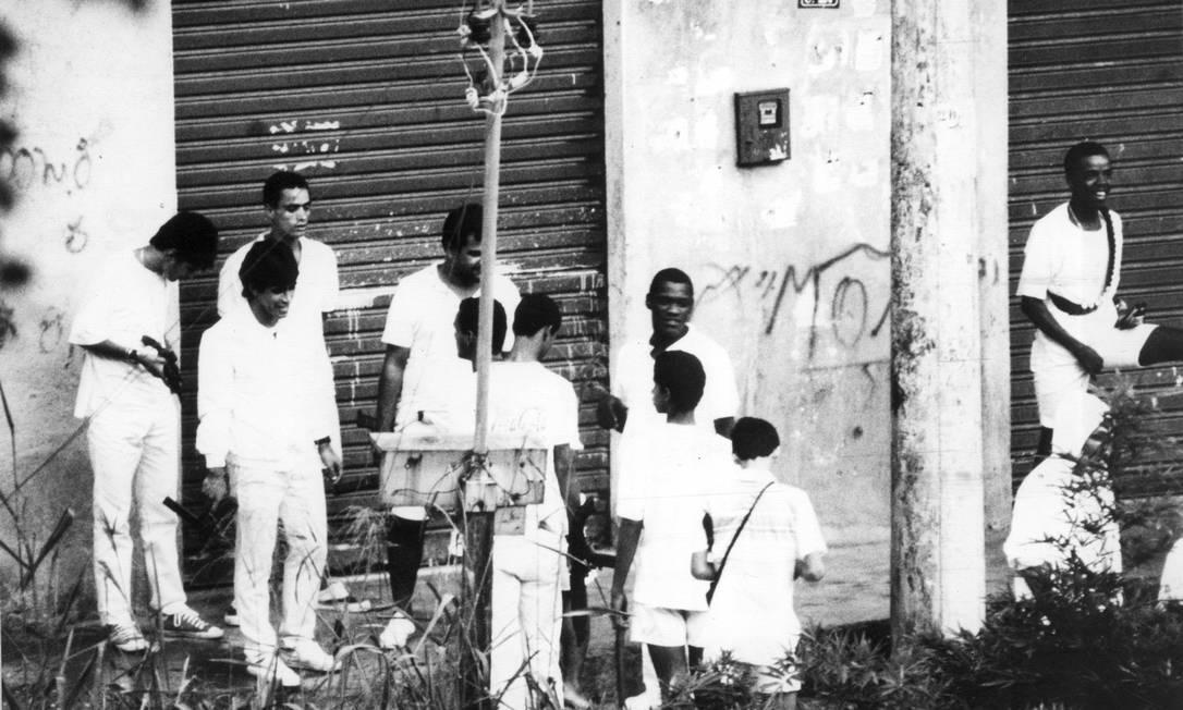 Traficantes são fotografados na Estrada da Gávea prestando homenagem a Sérgio Ferreira da Silva, o Bolado. Ele morreu atingido na cabeça por um disparo acidental de metralhadora, em maio de 1988 Mirian Fichtner / Arquivo O Globo