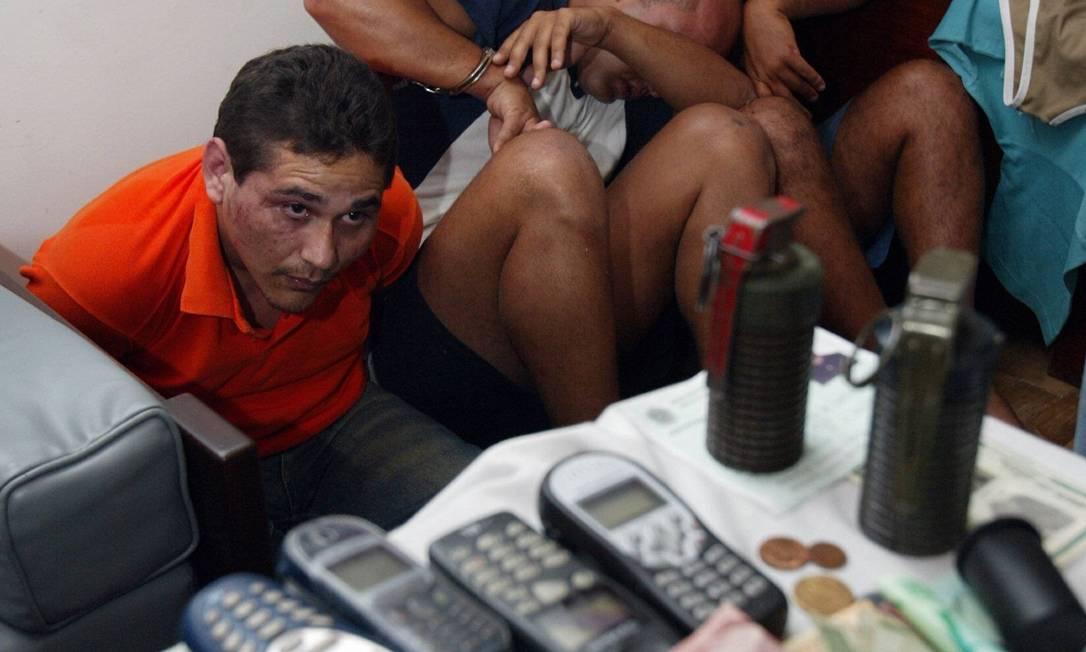 Neversino Jesus Garcia (de camisa laranja), gerente do tráfico no Vidigal, é preso com dois motoristas do traficante Eduíno Eustáquio de Araújo Filho, o Dudu André Teixeira / 18.04.2004 / Arquivo O Globo