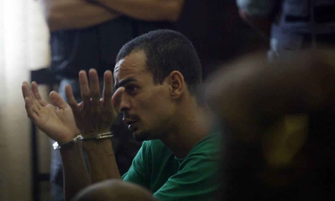 O traficante Eduíno Eustáquio de Araújo Filho, o Dudu da Rocinha, algemado para participar de um interrogatório no Tribunal do Júri. Ele comandou a invasão à favela, em abril de 2004 Michel Filho / 19.01.2005 / Arquivo O Globo