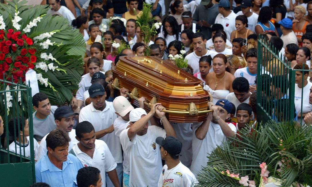 Centenas de pessoas acompanham o enterro do traficante Bem-te-vi, chefe do tráfico de Rocinha, no cemitério São João Batista, em Botafogo Ricardo Leoni / 29.10.2005 / Arquivo O Globo