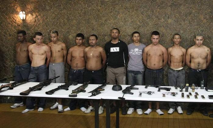 Traficantes da Rocinha, que invadiram o Hotel Internacional em agosto de 2010 durante uma fuga, são apresentados pela polícia. Os bandidos mantiveram 35 reféns, entre hóspedes e funcionários Cléber Jünior / 21-08-2010 / Agência O Globo