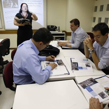 Turma de Business English da Cultura Inglesa, com a professora Glória Almeida Foto: Marcos Tristão / O Globo