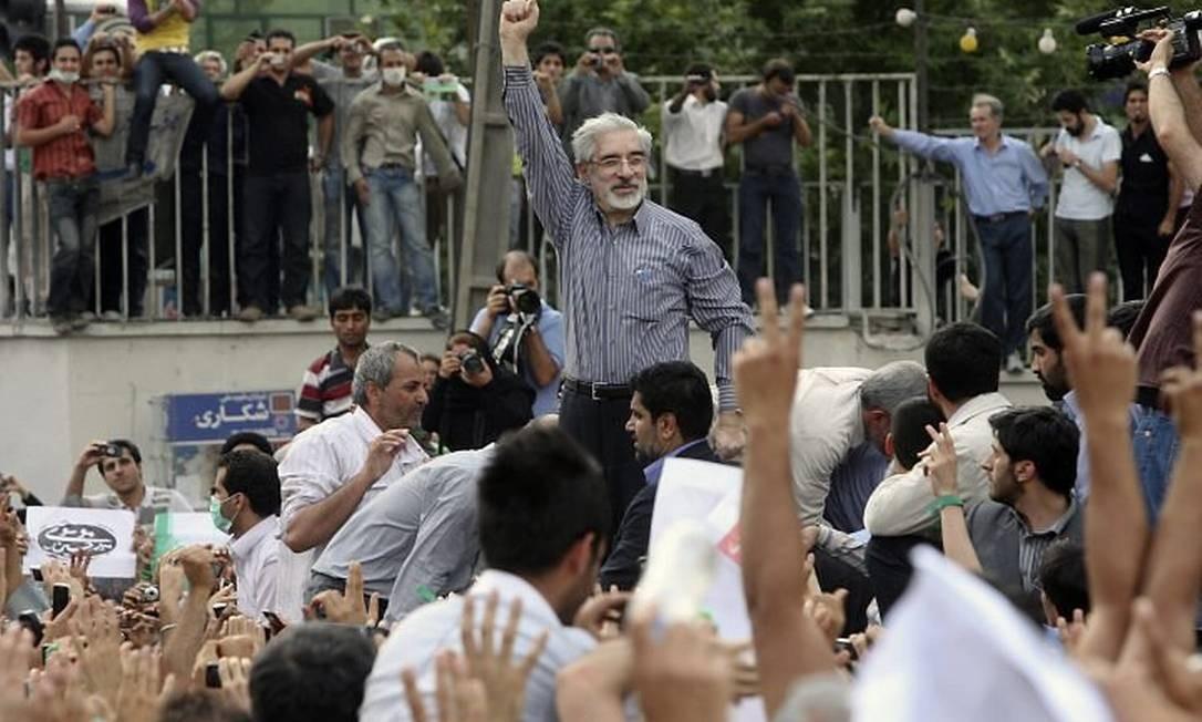 O candidato derrotado Mir Houssein Moussavi participa de protesto no centro de Teerã