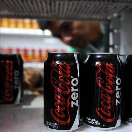 Consumidor compra uma lata de Coca Zero em um supermercado em Caracas, na Venezuela