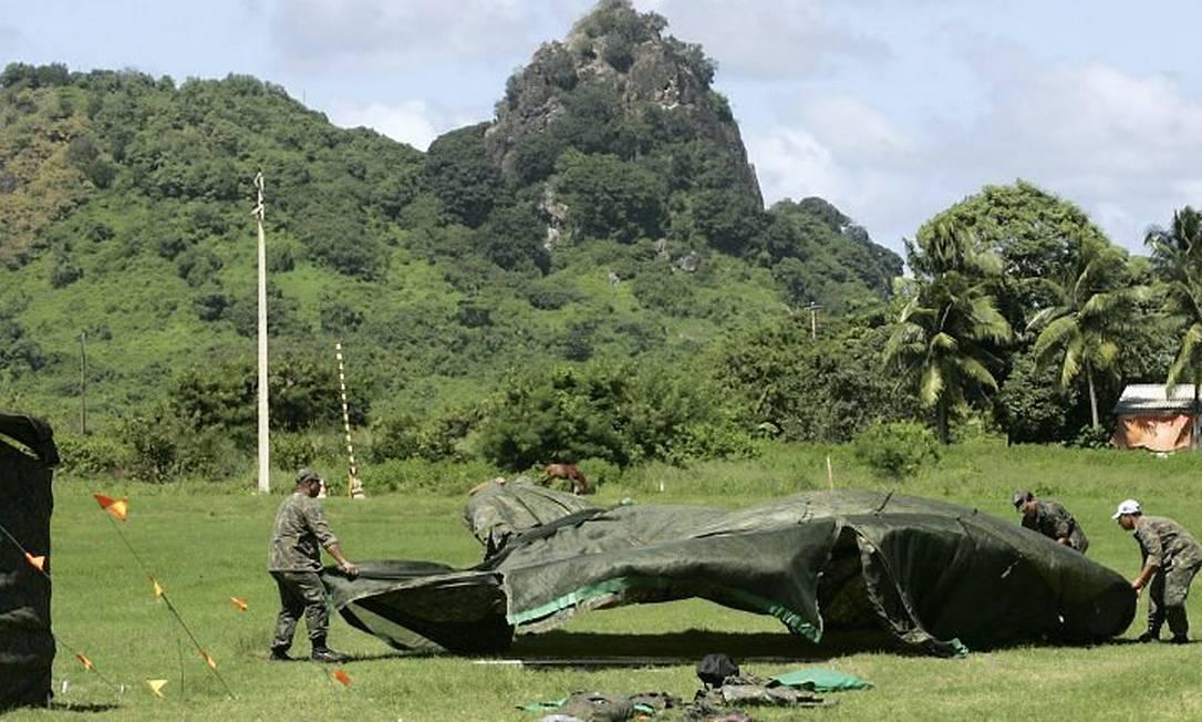 Estrutura de tenda para base operações da equipe de resgate é montada ao lado do aeroporto de Fernando de Noronha
