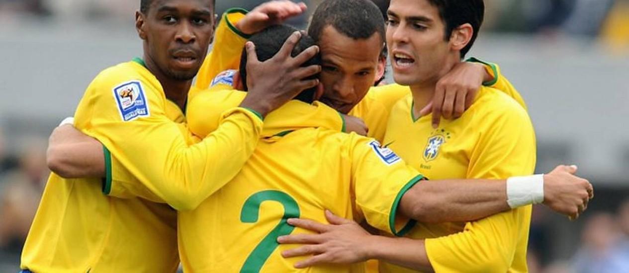 Os jogadores da seleção comemoram o gol de Daniel Alves