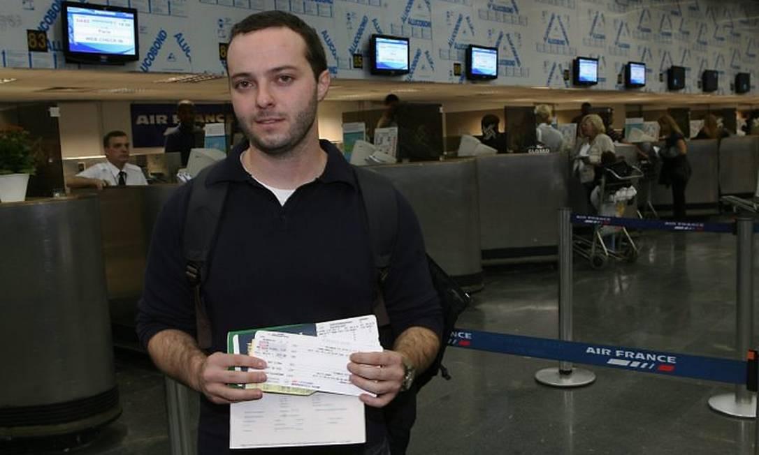O médico Felipe Ceriolli embarca no Rio com destino a Paris no voo AF 445. Ele escapou da morte domingo passado ao trocar a passagem. O voo 445 substituiu o 447, do acidente com 228 passageiros a bordo