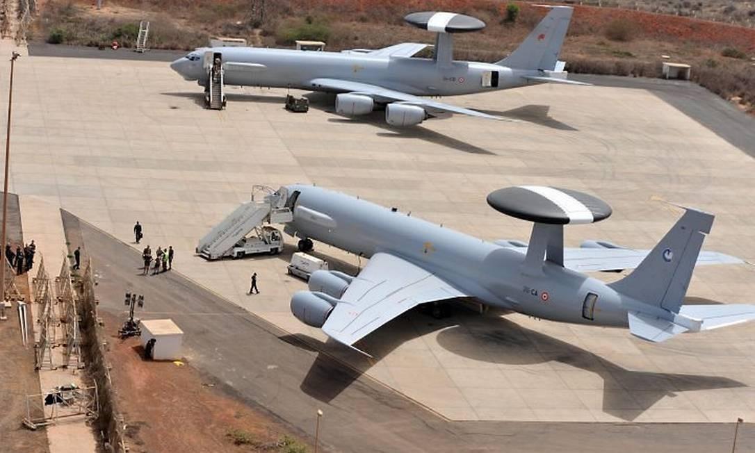 Dois aviõescom equipamentos de vigilância Awacs que foram enviados pela França para o trabalho de busca