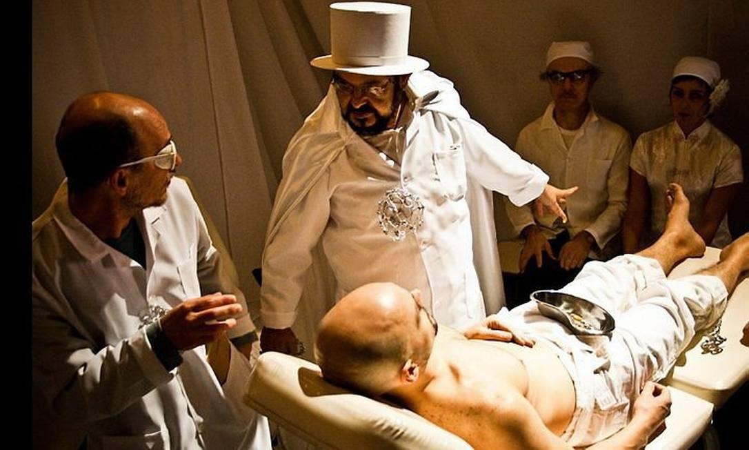 Lourenço Mutarelli e José Mojica em 'Corpo estranho'. Foto: Alessandra FratusDivulgação
