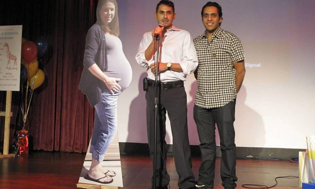 Lancheros e Constantinou com a imagem da mãe de aluguel: eles serão pais de gêmeos - Foto: Alexander Bitar