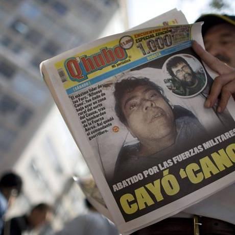 Homem lê um jornal que mancheta a morte de Alfonso CanoAP