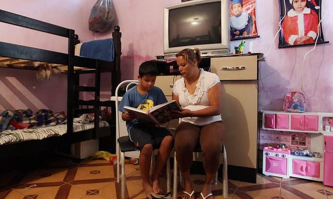 Marcus Ricardo conta com a ajuda da mãe, Vanessa, para aprender a ler e a escrever. O menino, que estuda em SP, está no 4 ano e tem dificuldades. Foto de Michel Filho - Agência O Globo