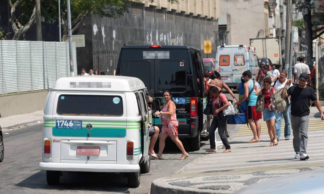 Veículo trafega com as portas abertas na Avenida Presidente Vargas, no Centro do Rio Foto: Marcelo Piu / O Globo