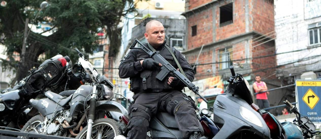 Policiais apreendem motos e armas durante ocupação das favelas da Rocinha, do Vidigal e da Chácara do Céu Foto: O Globo / Marcelo Piu