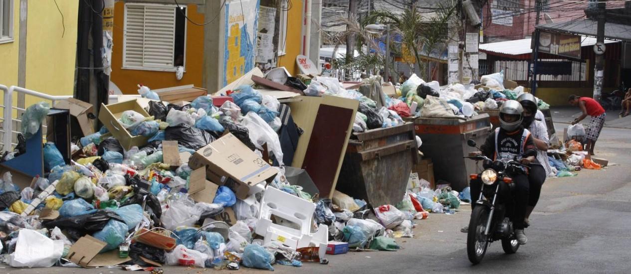 O lixo na Rocinha se acumula nas ruas Foto: Domingos Peixoto / Agência O Globo