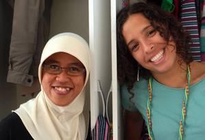 A muçulmana Novi Maulida e a carioca Lidice Cabral, dividem o mesmo arrmário de roupa Foto: Gustavo Stephan / Agência O Globo