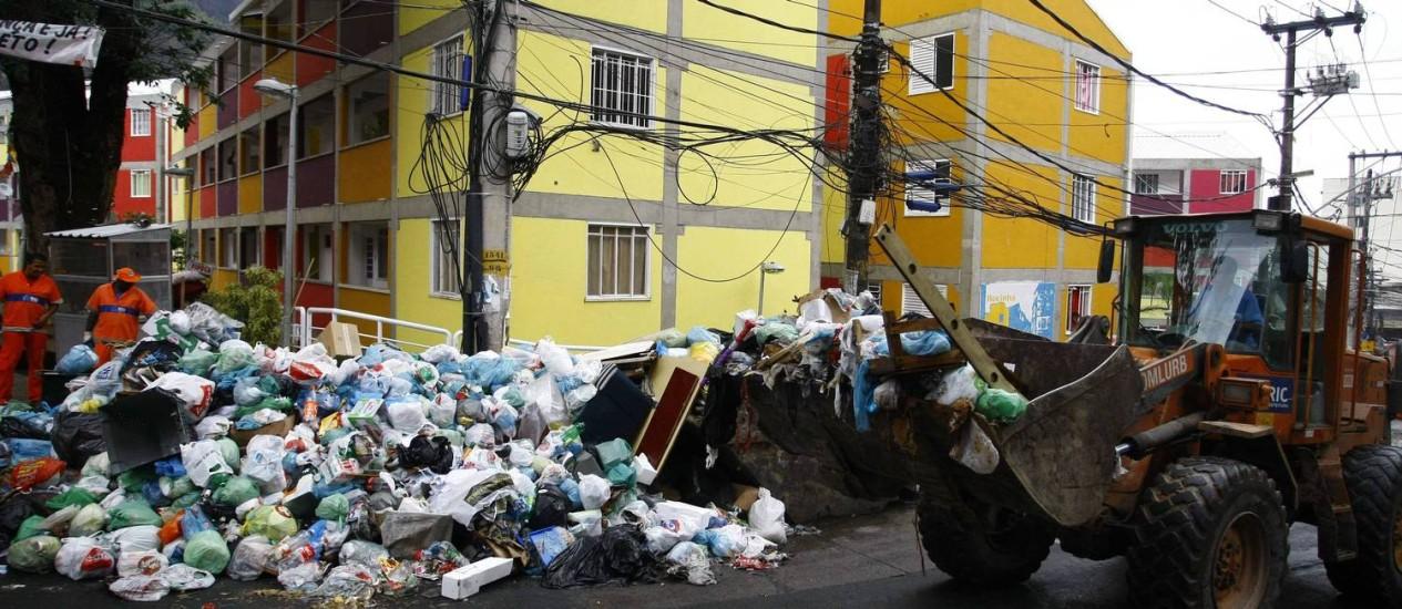 Após a ocupação, a Comlurb começa a limpeza na Rocinha nesta segunda-feira Foto: Agência O Globo / Pablo Jacob