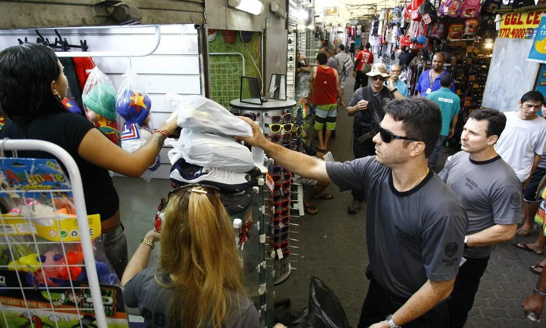 Policiais civis fazem operação para coibir a venda de produtos piratas na Favela da Rocinha Foto: Pablo Jacob / Agência O Globo