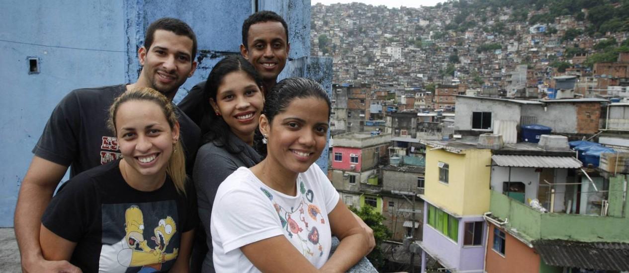 Voluntários que trabalham no curso pré-vestibular comunitário da Rocinha Foto: Domingos Peixoto