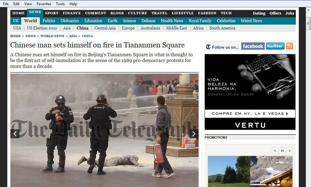 Policiais usam extintor de incêndio na Praça da Paz Celestial para apagar fogo após chinês se autoimolar Foto: Reprodução / Daily Telegraph