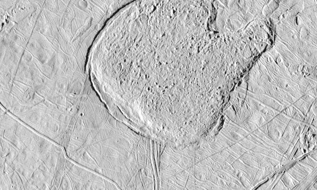 Exemplo de 'terreno caótico' na superfície de Europa, onde os cientistas acreditam que a capa de gelo sobre o oceano líquido da lua de Júpiter é mais fina Foto: Nasa