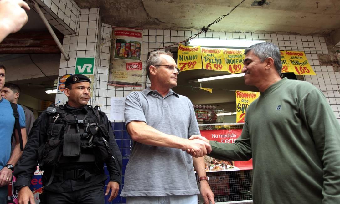 O secretário de Segurança José Mariano Beltrame cumprimenta um morador da Rocinha durante sua visita à favela Foto: Gabriel de Paiva / O Globo