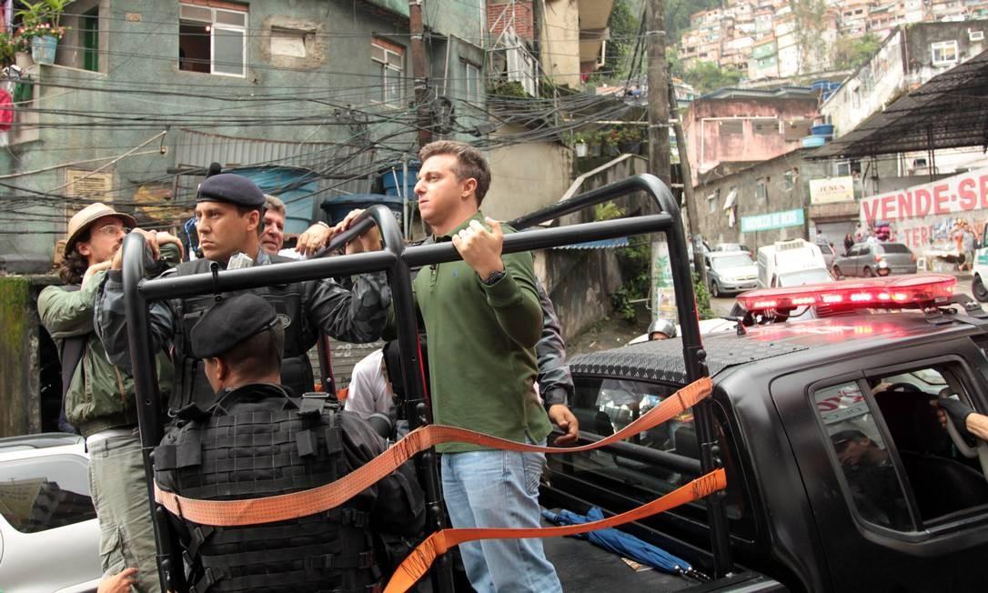 O apresentador Luciano Huck pegou carona no carro do Bope durante a sua visita à Rocinha. Ele também caminhou pela favela e visitou moradores Foto: Gabriel de Paiva / O Globo
