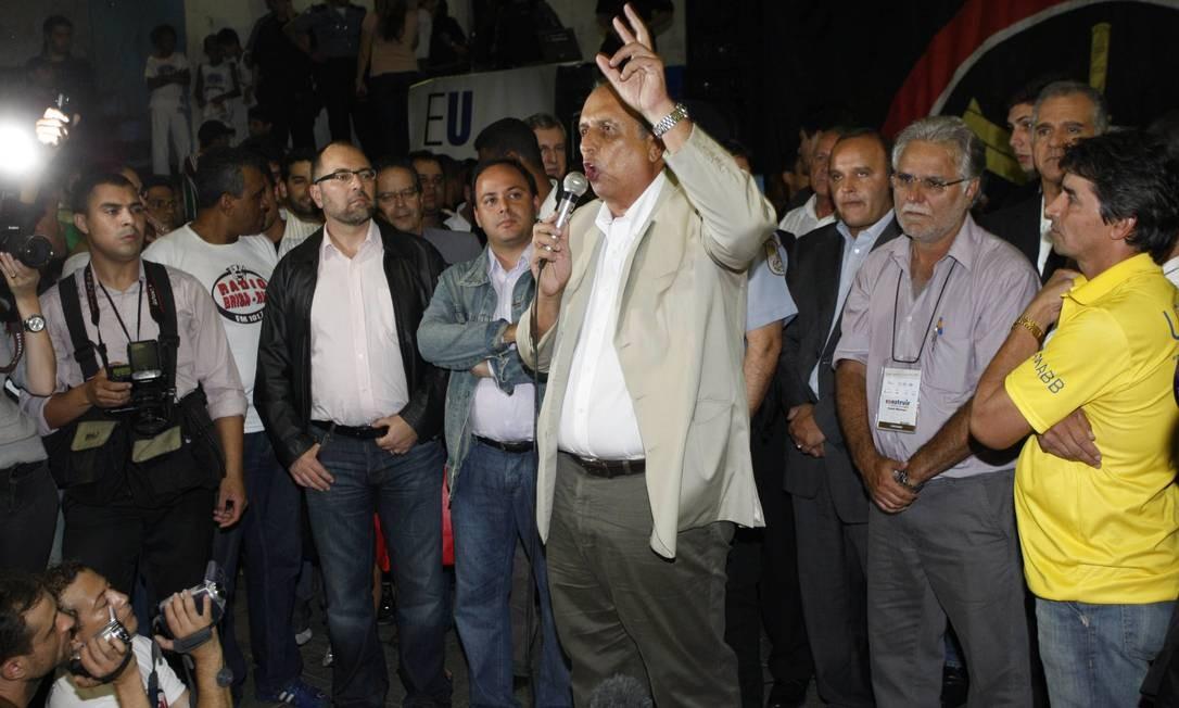 O vice-governador Luiz Fernando Pezão discursa para os moradores durante reunião na Rocinha Foto: Domingos Peixoto / O Globo