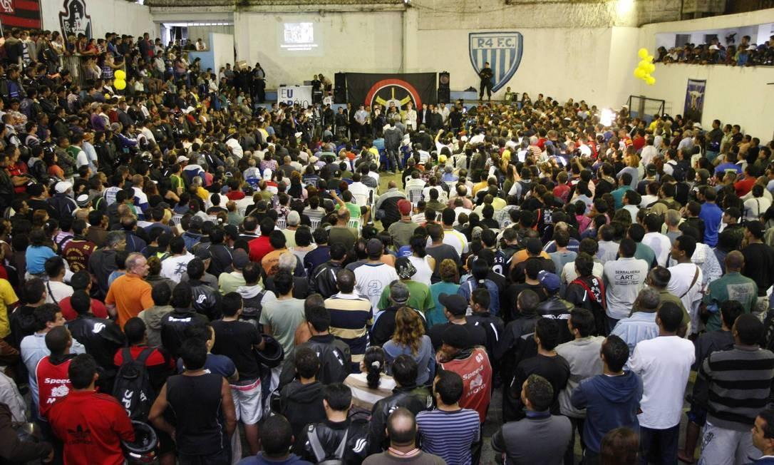 Dezenas de moradores acompanham a reunião organziada pelo governo do estado e por policiais do Bope, na Rocinha. O tema foi a ocupação Foto: Domingos Peixoto / O Globo