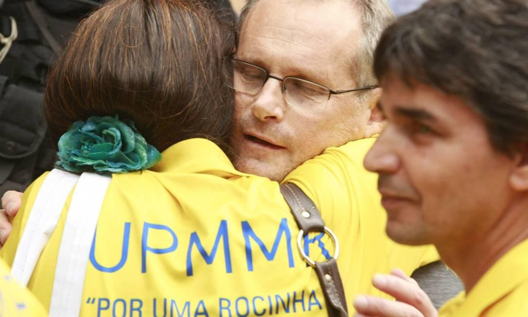 Beltrame abraça uma mulher que está vestida com a camisa da União Pró-Melhoramentos dos Moradores da Rocinha (UPMMR) Foto: Fabiano Rocha / O Globo