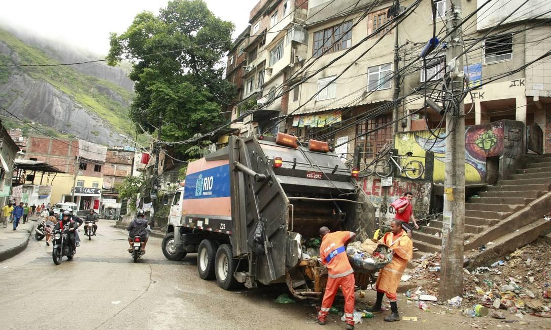 Garis participam do mutirão de limpeza na Rocinha Foto: Fabiano Rocha / O Globo