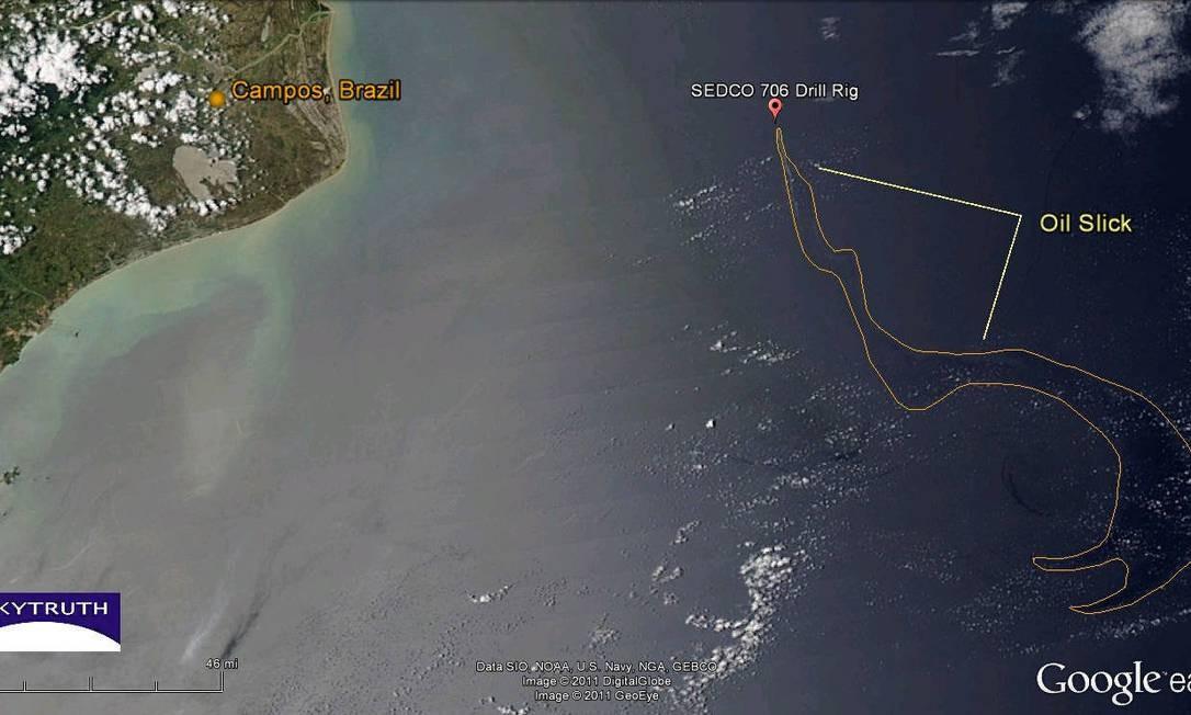 A área marcada pela linha amarela representa a mancha de óleo (oil slick) no Campo da Chevron, em Campos. Estimativa do geólogo John Amos, baseada em imagens captadas pela Nasa, mostra um volume é de 3.738 barris de óleo derramado. Foto: Reprodução
