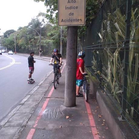 Pista estreita da ciclovia do Horto desvia os pedestres para o asfalto Foto: Foto da leitora Maysa Blay