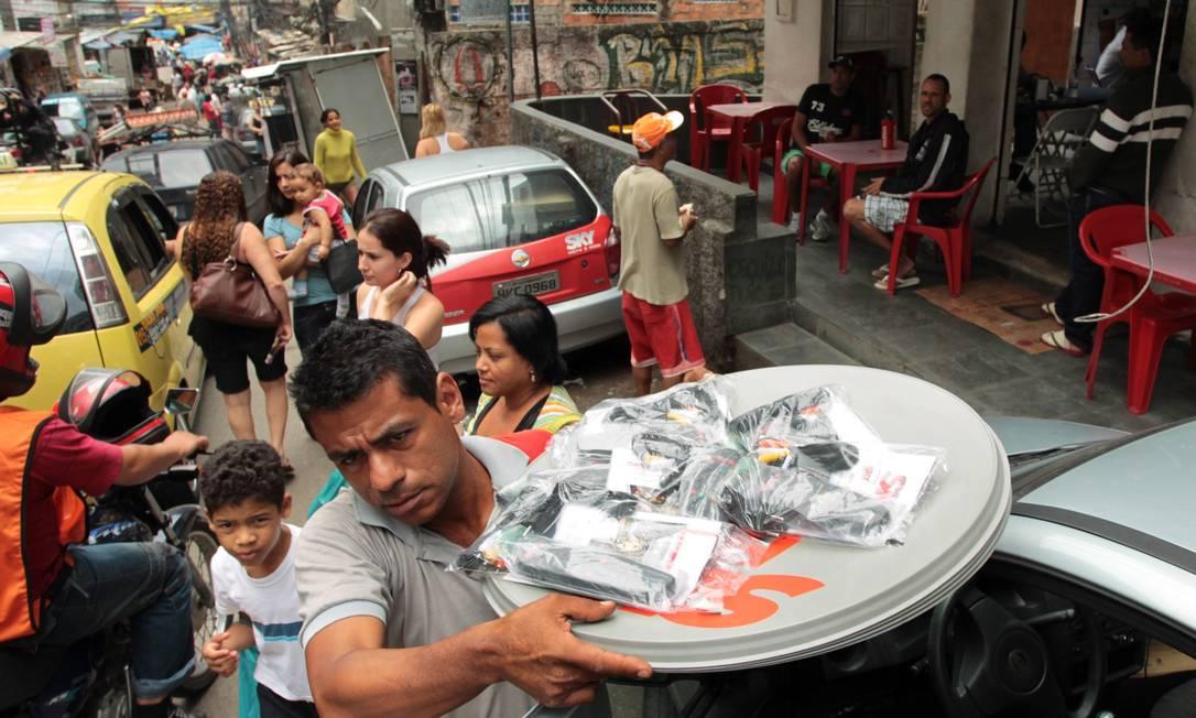 Vendedor de operadora de TV em ação na Rocinha Foto: Gabriel de Paiva / O Globo