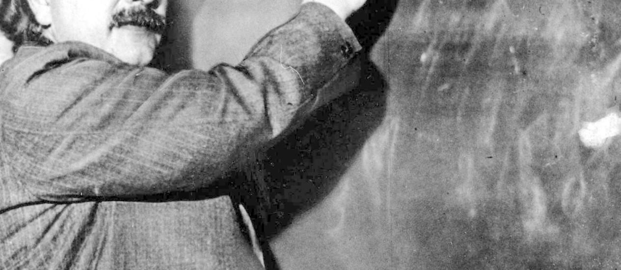 Albert Einstein: pela teoria do pai da física moderna, nada no Universo pode viajar mais rápido do que a luz Foto: Reprodução