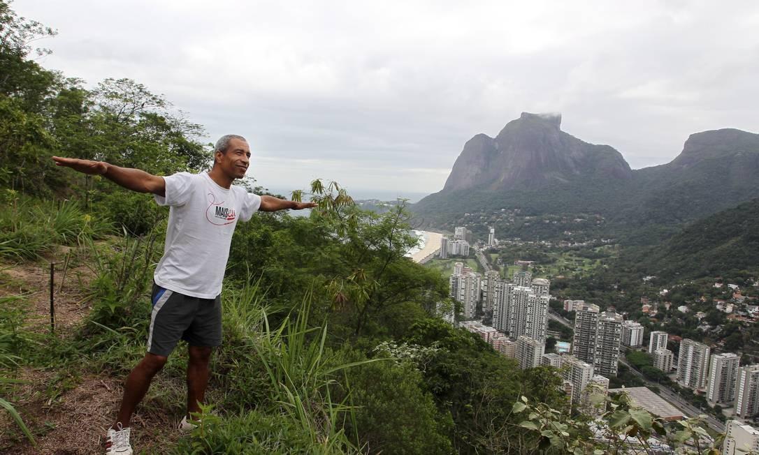 Na foto, Gustavo Pereira, morador do Vidigal e piloto de asa-delta na trilha que liga a o Vidigal a Rocinha Foto: Márcia Foletto / O Globo
