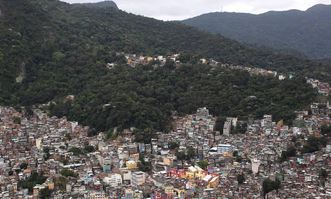 E só com autorização dos traficantes era possível passar pela região Foto: Márcia Foletto / O Globo
