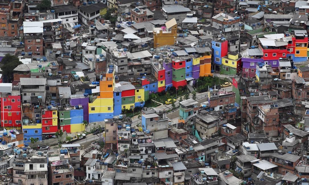 Favela da Rocinha vista do alto do Vidigal em uma trilha que liga as duas comunidades Foto: Márcia Foletto / O Globo