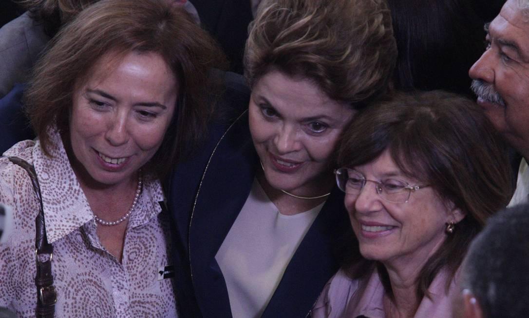 Dilma abraça duas de suas ex-companheiras de cela durante a ditadura, após a cerimônia de sanção da Comissão da Verdade Foto: André Coelho / O Globo