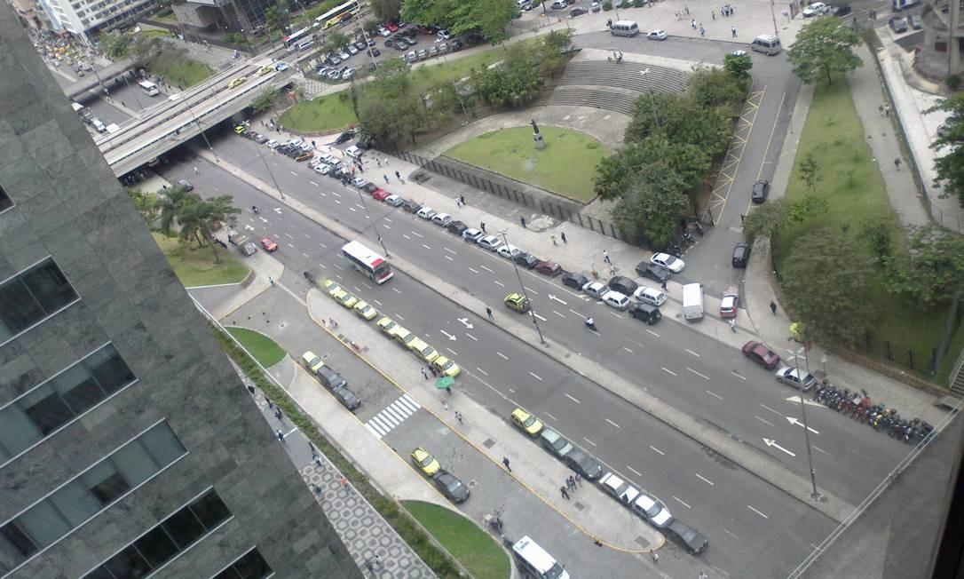 Carros estacionam em fila dupla na Avenida Chile, no centro do Rio Foto: Foto do leitor Wagner Cunha