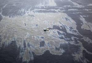Navios trabalham para conter o óleo na área próxima a plataforma da Chevron Foto: Marcia Foletto / O Globo