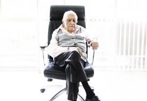 Oscar Niemeyer sentado na cadeira de seu escritório em Copacabana Foto: Leonardo Aversa