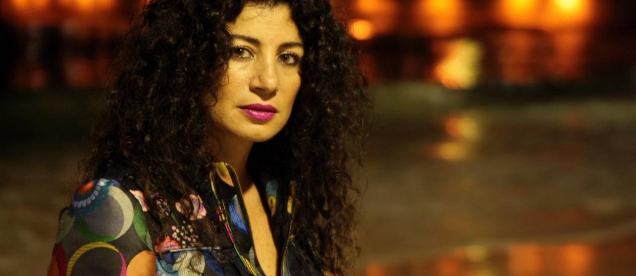 A escritora Joumana Haddad, na Praia de Copabacabana Foto: Gustavo Stephan / O Globo