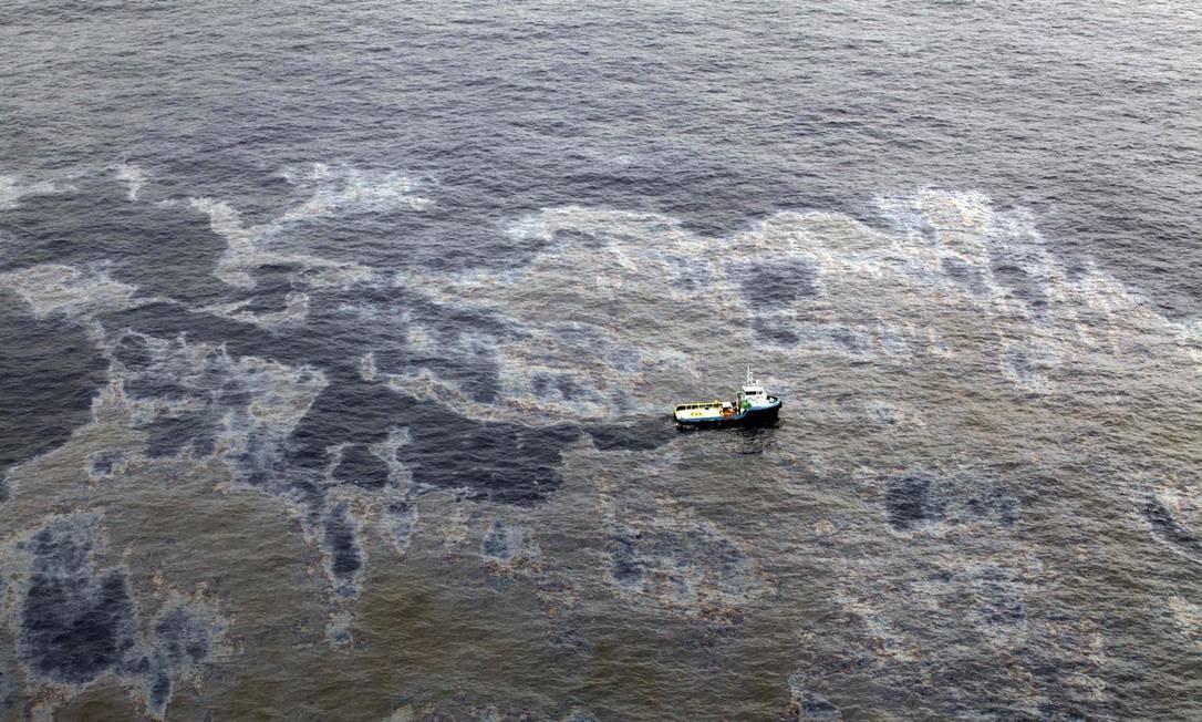 Vista aérea da mancha de petróleo causada pelo vazamento de poço da Chevron Foto: Reuters