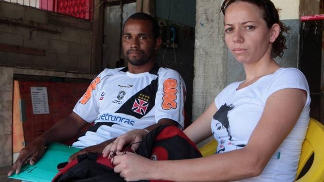 Debora Magalhães, ao lado do colega Alexandre, diz que o pouco estudo contribuiu para que a a mãe fosse presa há três meses. Foto: Gustavo Stephan / Agência Globo