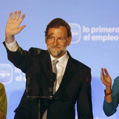 Ao lado da mulher, Elvira, Mariano Rajoy cumprimenta eleitores em Madri, no domingo, após a vitória do PP nas eleições gerais Foto: REUTERS