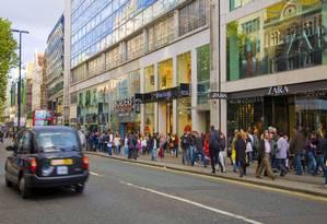 A movimentada Oxford Street, endereço de lojas de grife em Londres: a capital britânica foi considerada a melhor cidade europeia para compras Foto: Divulgação / Agência O Globo