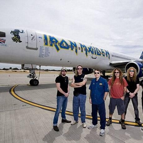 Iron Maiden a frente do avião 'Ed Force One', que levou a banda em turnê entre 2008 e 2011 Foto: Reuters / Reuters